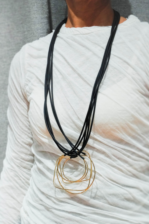 MIRIAM NORI – Collana in caucciù nero / ottone