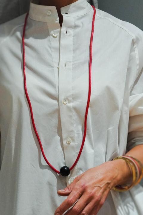 MIRIAM NORI – Collana in ecopelle rosso/ Jais nero